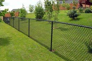 Устанавливаем забор из сетки рабицы на участке