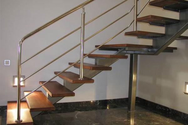 Чем привлекательна металлическая лестница в условиях промышленных зданий?