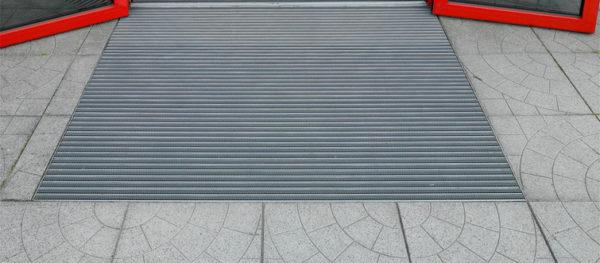 Металлические напольные решетки: возможности использования и особенности