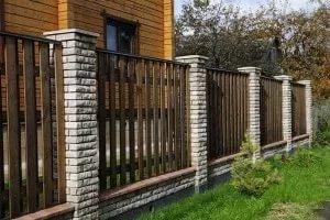 Какой забор лучше подойдет для дачного участка?