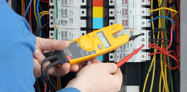 Кому и когда могут понадобиться услуги электрика?