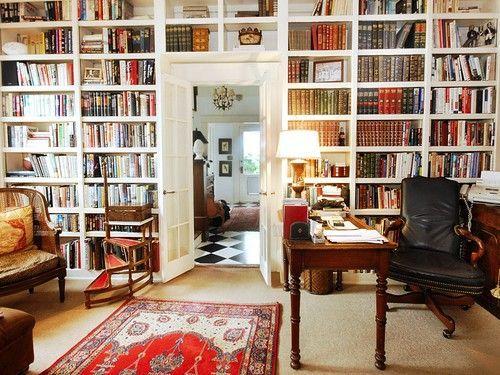 Оригинальный встроенный книжный шкаф в интерьере квартиры или дома