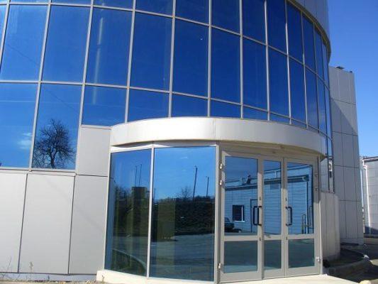 В современных офисах все чаще устанавливают тонировку на окнах